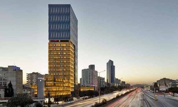 Çevresindeki Farklı Ölçekli Yapılarla İletişime Girebilen Bir Kule