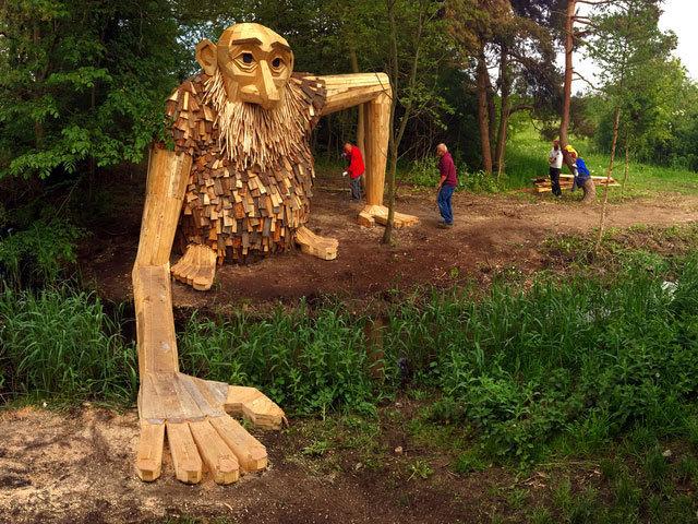 Kopenhag Ormanlarında Dostane Dev Heykelleri