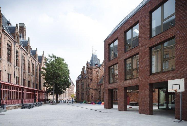 Brugge'de Tarihi Çevreyle Bütünleşmiş Bir İlkokul