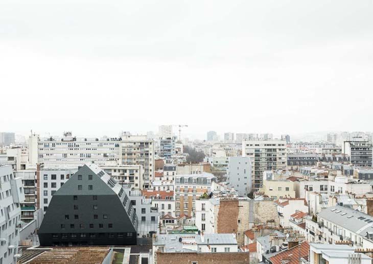 ECDM, Paris'te Antrasit Grisi Monolitik Bir Konut Tasarladı