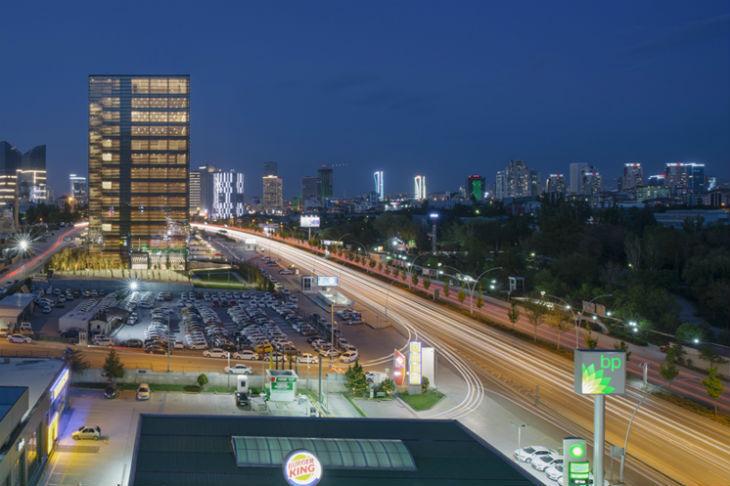 Anmahian Winton Architects'in Ankara'da Tasarladığı Ofis Binası Minimal Formu ile Dikkat Çekiyor
