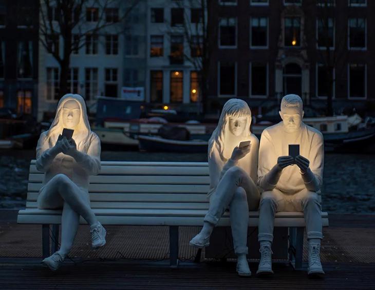 Akıllı Telefon Bağımlılığına Dikkat Çeken Heykeller