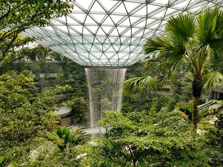 Dünyanın En Yüksek, Kapalı Alan Şelalesi Singapur Changi Havalimanı'nda İnşa Ediliyor
