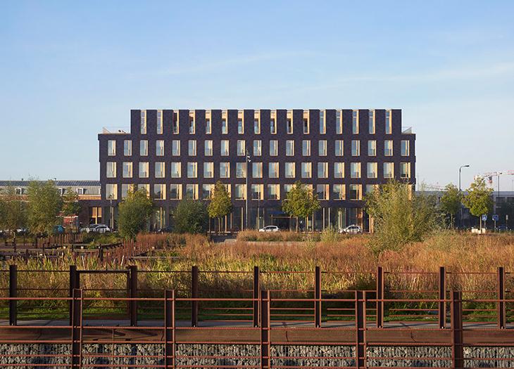 Ahşap ve Tuğlanın Birlikte Kullanıldığı Ofis Binası