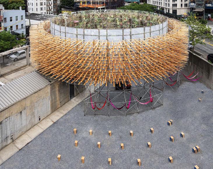 MoMA PS1'nin Avlusuna Orman Manzarası