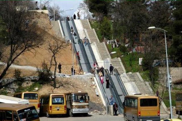 Mahallelerine yürüyen merdivenle çıkıyorlar