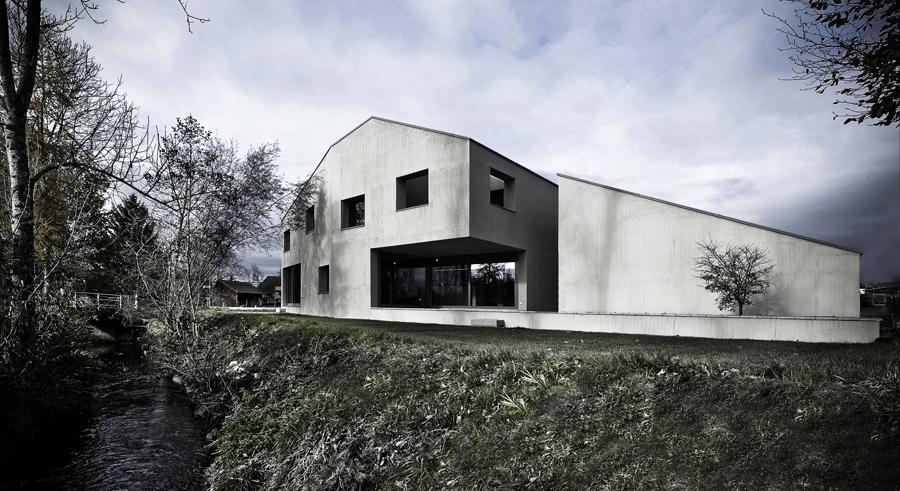 Dere Kıyısında Bir Ev