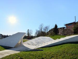 Beyaz Çimentodan Sade bir Köy Meydanı Tasarımı