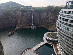 Çin'de, Eski Taş Ocağının İçine Otel İnşa Edildi