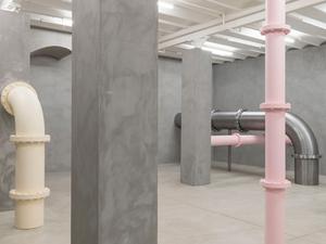 Pastel Renkli Metal Borularıyla Sergilenen Bir Kazan Dairesi